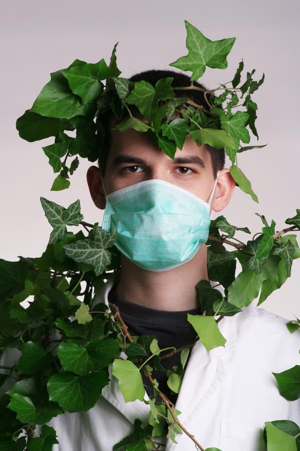 Medico con l'erba dell'erba medica fotografie stock libere da diritti