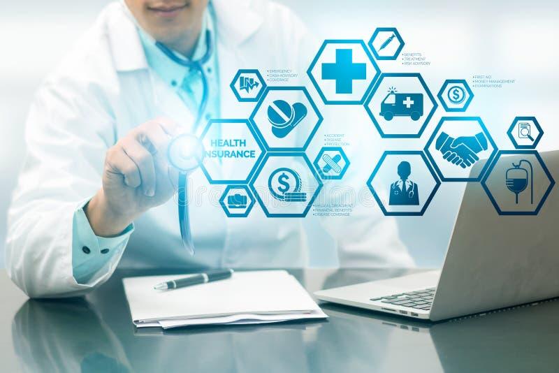 Medico con l'icona moderna dell'interfaccia dell'assicurazione malattia immagine stock