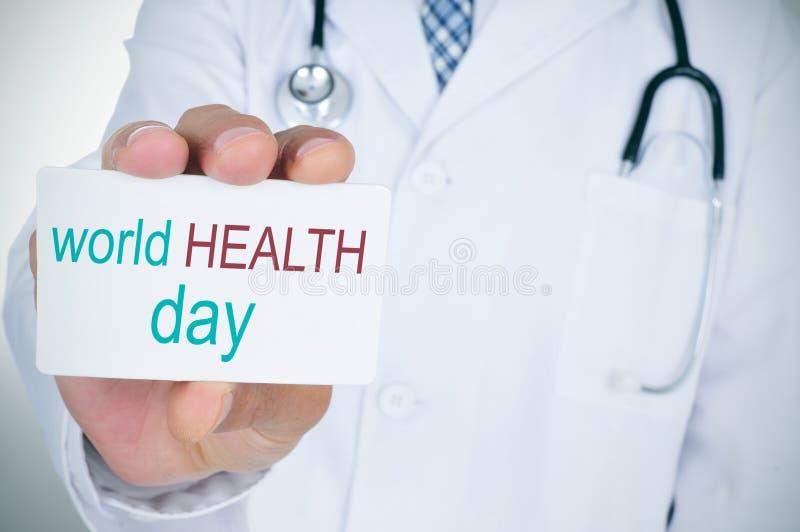 Medico con l'insegna con il giorno di salute di mondo del testo fotografia stock libera da diritti