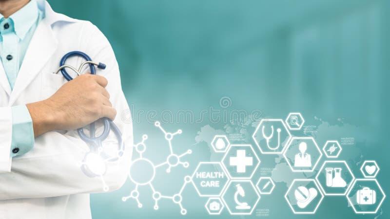 Medico con l'interfaccia medica dell'icona di sanità fotografia stock libera da diritti