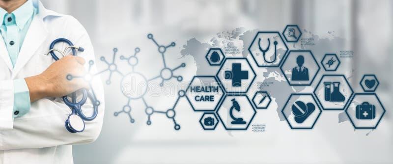 Medico con l'interfaccia medica dell'icona di sanità fotografie stock libere da diritti