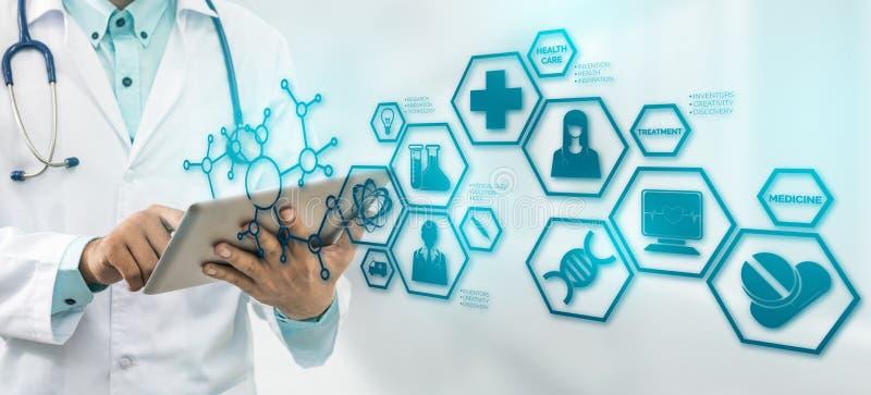 Medico con l'interfaccia moderna dell'icona di scienza medica fotografia stock