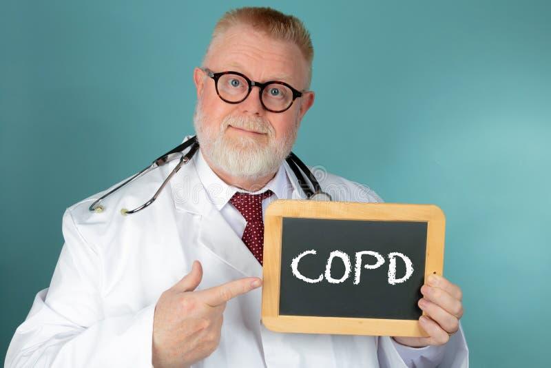 Medico con l'iscrizione della lavagna COPD immagini stock libere da diritti