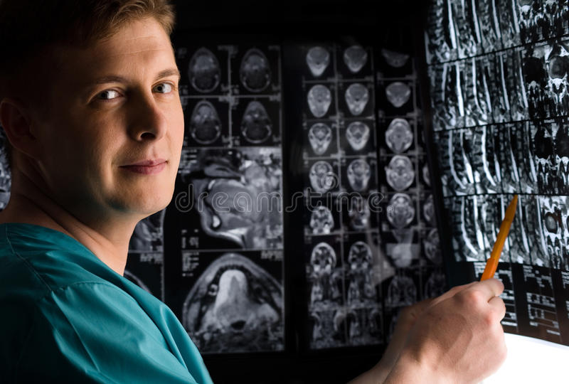 Medico con la foto dei raggi X fotografia stock