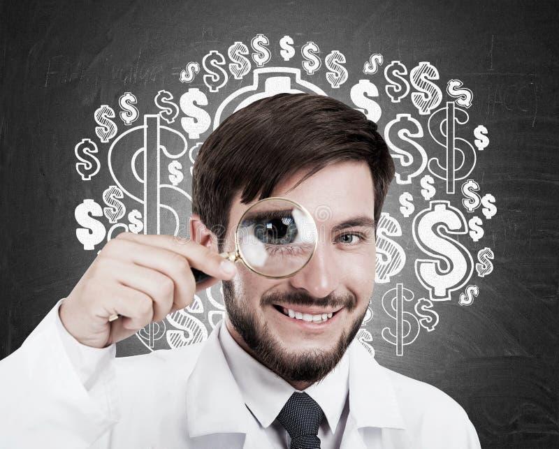 Medico con la lente e la nuvola del dollaro fotografia stock