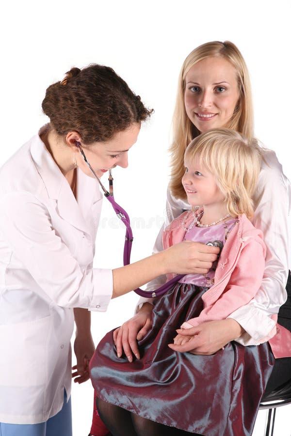 Medico con la madre ed il bambino immagini stock libere da diritti