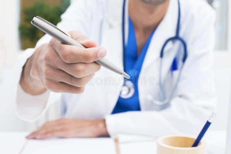 Medico con la penna da firmare fotografie stock