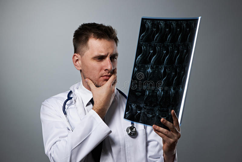 Medico con la ricerca spinale di RMI fotografia stock