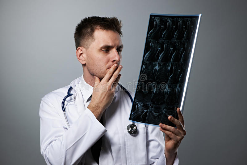 Medico con la ricerca spinale di RMI fotografia stock libera da diritti