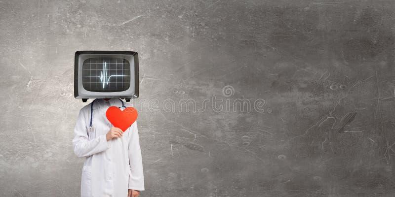 Medico con la TV invece della testa fotografie stock