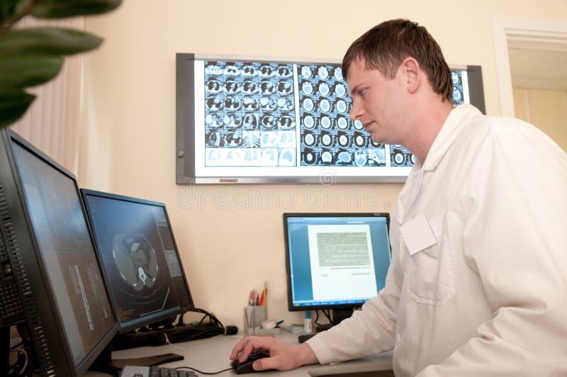 Medico con le pellicole di esplorazione di CT fotografia stock