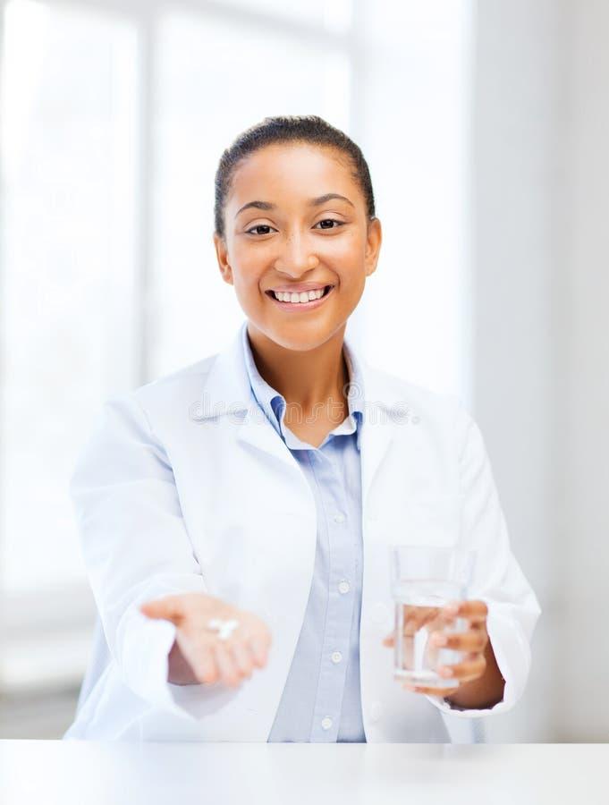 Medico con le pillole d'offerta immagine stock