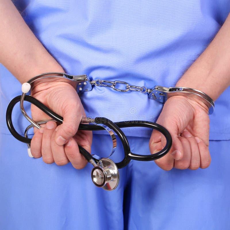 Medico con lo stetoscopio in manette fotografie stock libere da diritti
