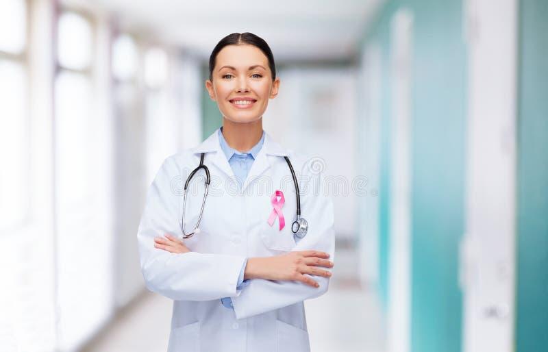 Medico con lo stetoscopio, nastro di consapevolezza del cancro fotografia stock