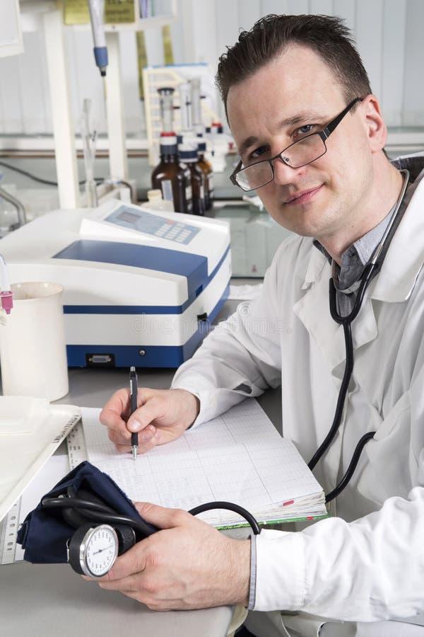 Medico con lo stetoscopio nell'interno del laboratorio immagine stock