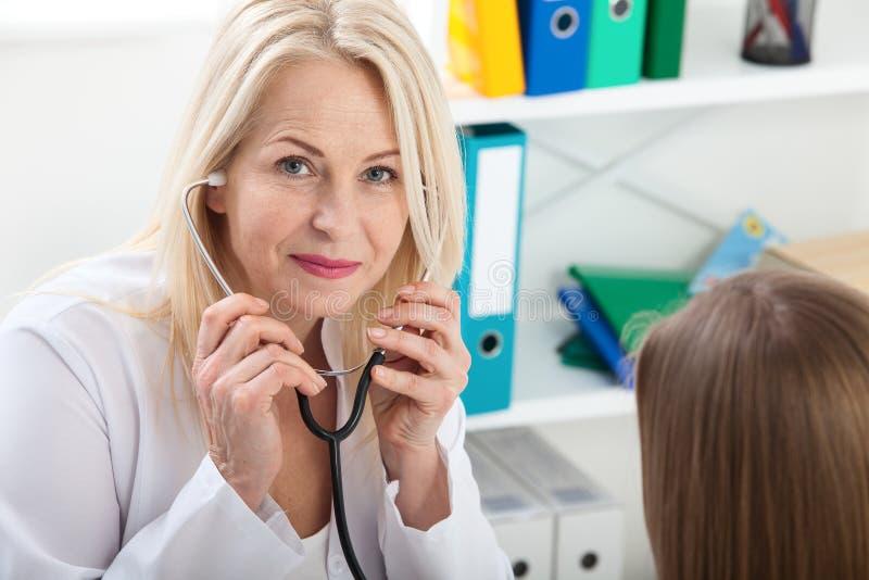 Medico con lo stetoscopio Sanità e concetto medico - medico con il paziente in ospedale fotografie stock libere da diritti