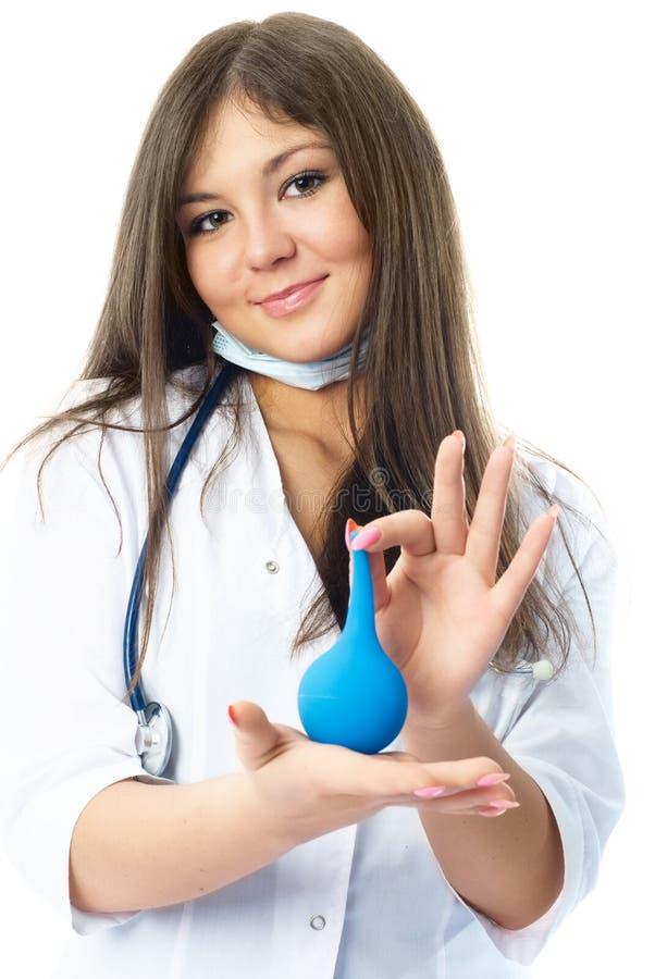Medico con un enema blu immagini stock