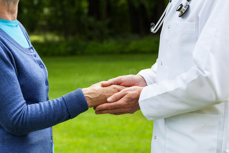 Medico con un paziente immagine stock