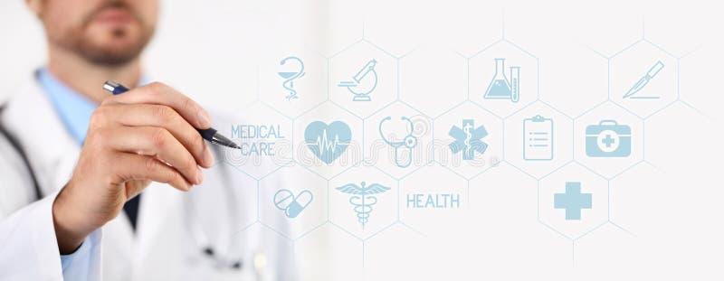 Medico con una penna che indica le icone mediche sullo schermo attivabile al tatto immagini stock libere da diritti