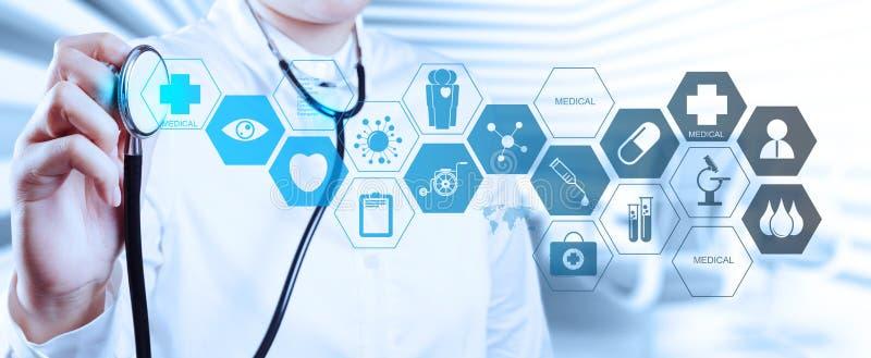 Medico con uno stetoscopio nelle mani immagini stock