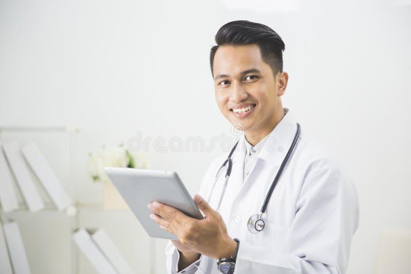 Medico concentrato con la compressa immagini stock libere da diritti