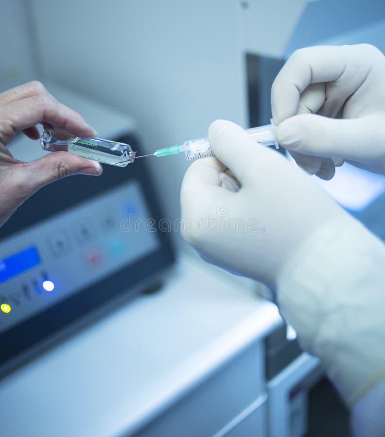 Medico del chirurgo che prepara iniezione di PRP in clinica immagini stock libere da diritti