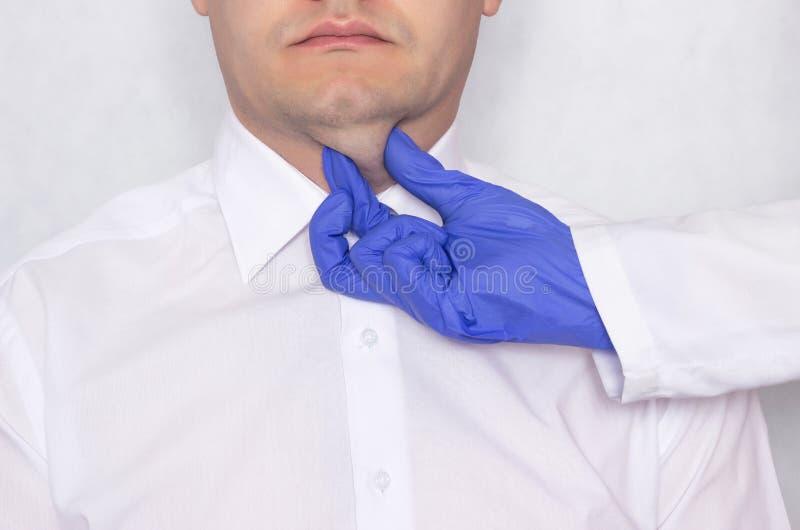 Medico del chirurgo plastico prepara un giovane uomo caucasico per un ambulatorio del grasso del doppio mento, la ghiandola tiroi immagine stock libera da diritti
