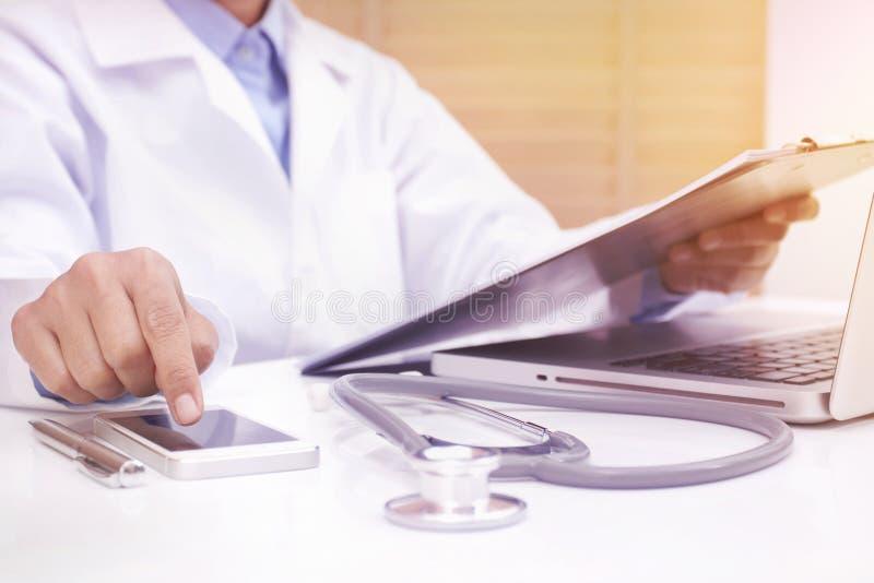 Medico della donna che per mezzo dello Smart Phone mobile immagine stock