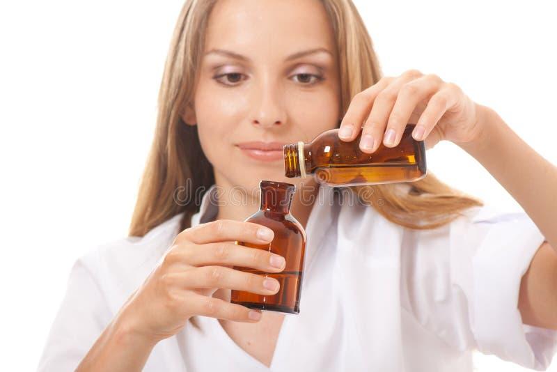 Medico della donna con il farmaco in bottiglie di vetro immagini stock