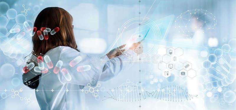 Medico della medicina che tiene interfaccia virtuale ed analisi medica sullo schermo moderno dell'ologramma, annotazione di rappo immagine stock libera da diritti