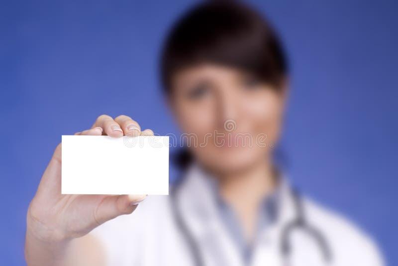 Medico delle donne che tiene scheda in bianco immagini stock libere da diritti