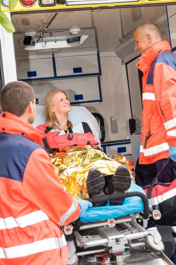 Medico di emergenza con la donna in ambulanza fotografie stock libere da diritti
