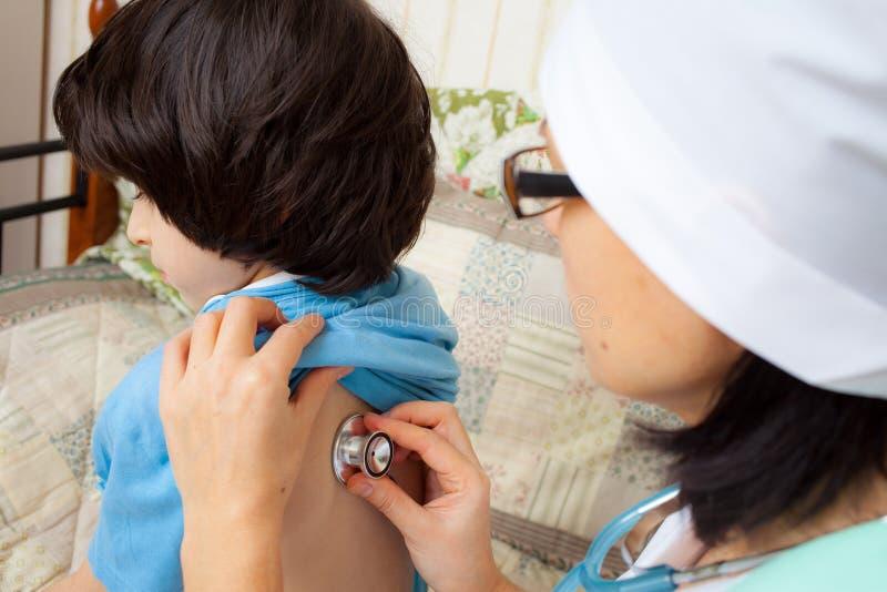 Medico di famiglia con uno stetoscopio immagini stock