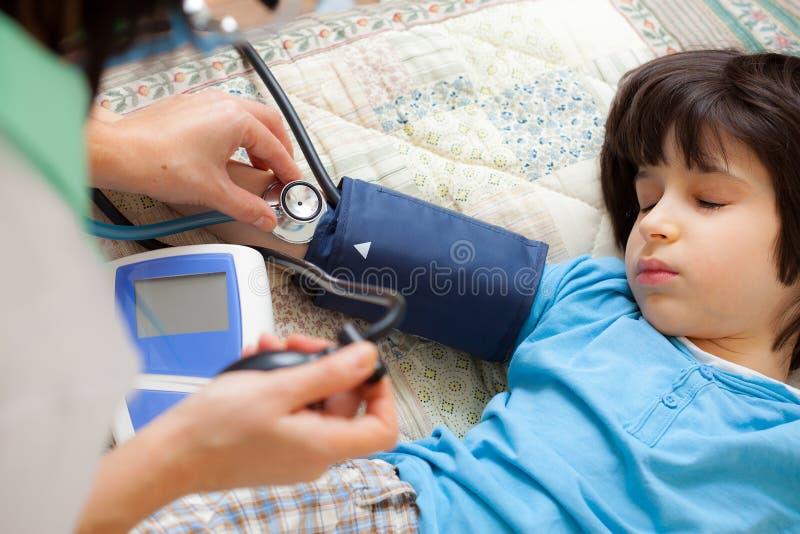 Medico di famiglia misura la pressione sanguigna fotografia stock libera da diritti