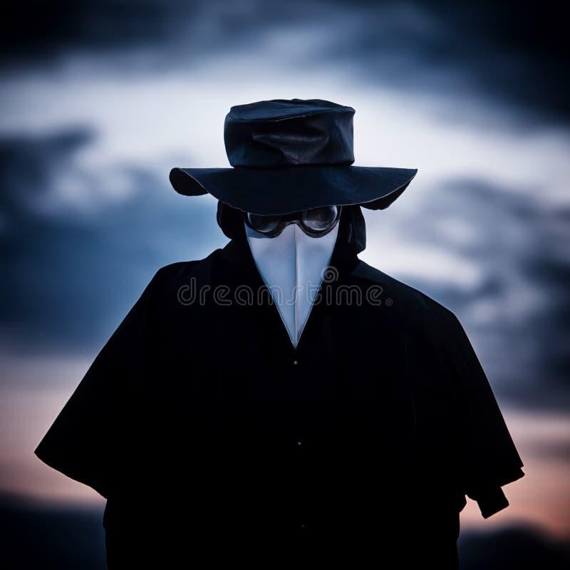 Medico di peste nel tramonto fotografia stock