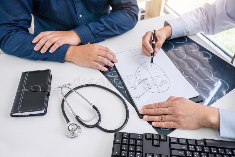 Medico di professore raccomanda il rapporto un metodo con i treatmen pazienti fotografia stock libera da diritti