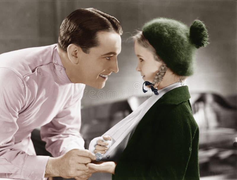 Medico e bambina con il braccio in imbracatura (tutte le persone rappresentate non sono vivente più lungo e nessuna proprietà esi immagine stock libera da diritti