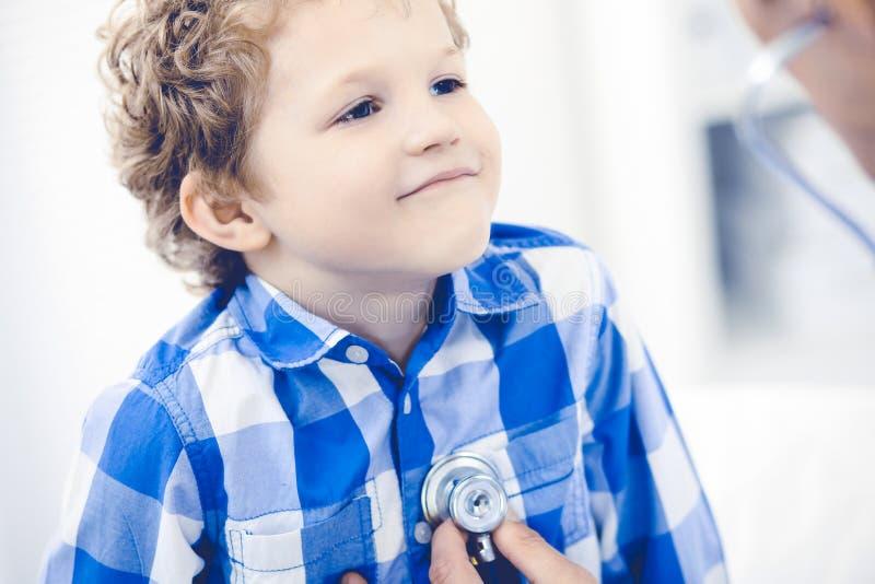 Medico e bambino paziente Ragazzino d'esame del medico Visita medica regolare in clinica Medicina e sanit? immagine stock libera da diritti