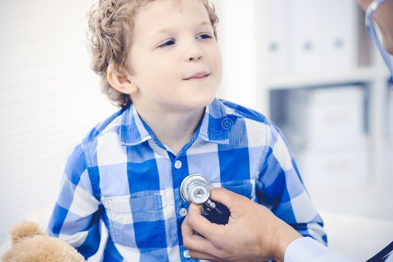 Medico e bambino paziente Ragazzino d'esame del medico Visita medica regolare in clinica Medicina e sanit? immagine stock