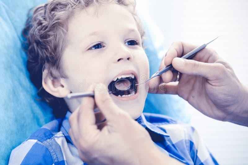 Medico e bambino paziente Ragazzo che fa i suoi esaminare denti con il concetto del dentista Medicine, di sanit? e di stomatologi immagini stock