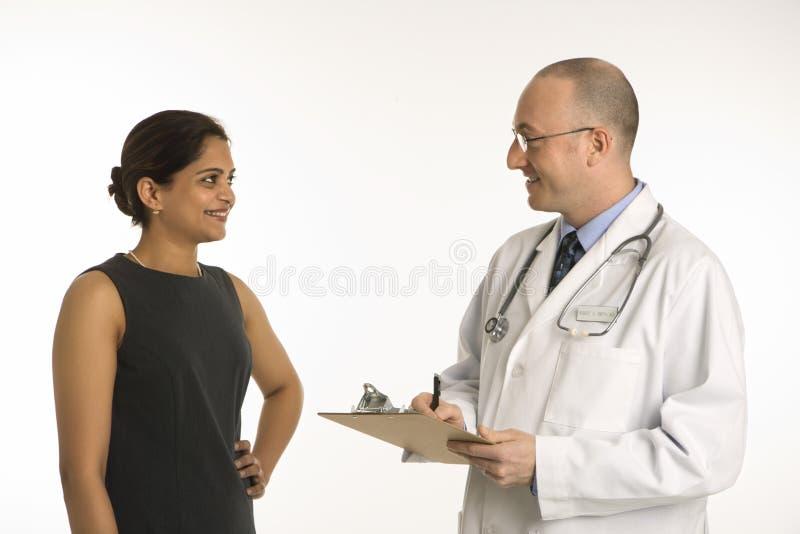 Medico e paziente. immagini stock libere da diritti