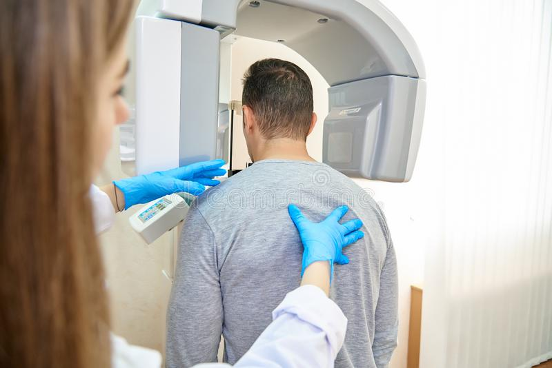 Medico e paziente, odontoiatria, tomograph dentario fotografie stock