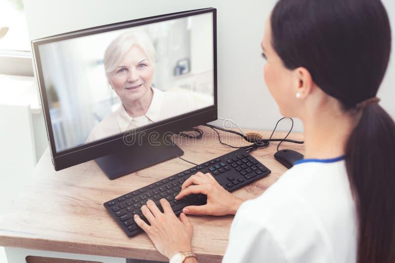 Medico e paziente senior della donna, telehealth immagine stock libera da diritti