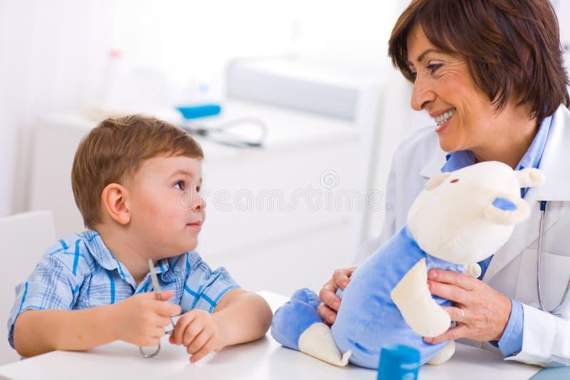 Medico e ragazzo maggiori fotografia stock
