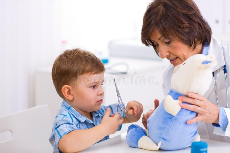 Medico e ragazzo maggiori fotografie stock libere da diritti