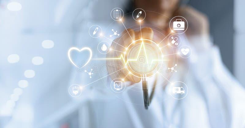 Medico e stetoscopio della medicina a disposizione che toccano il Ne medico dell'icona fotografia stock libera da diritti