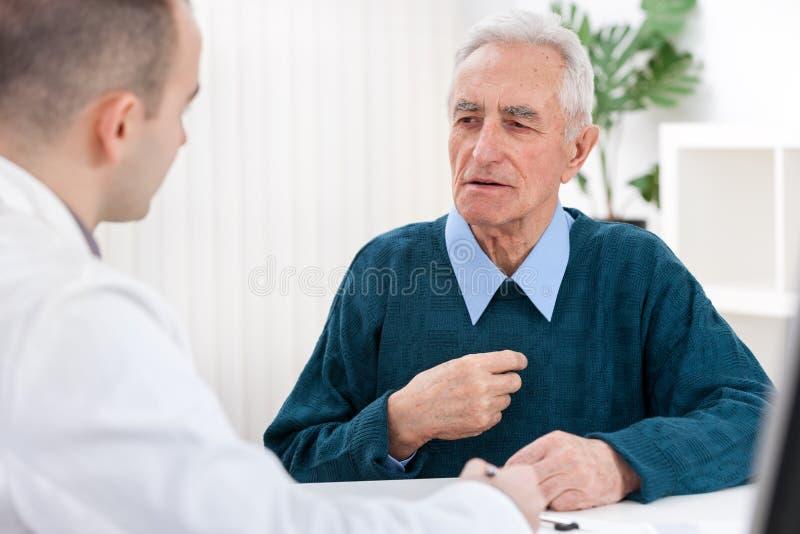 Medico e un paziente anziano fotografia stock