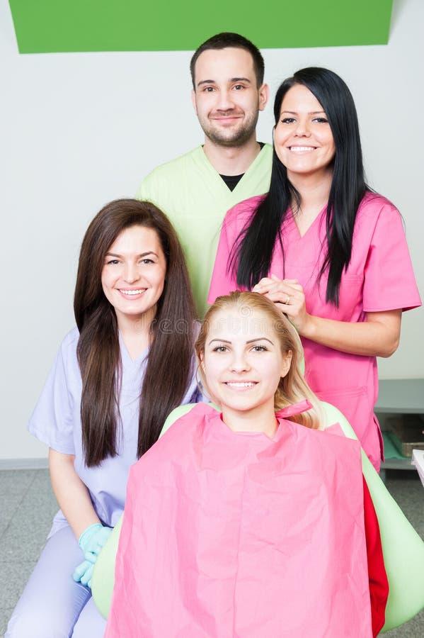 Medico ed assistenti del dentista in ufficio dentario fotografie stock