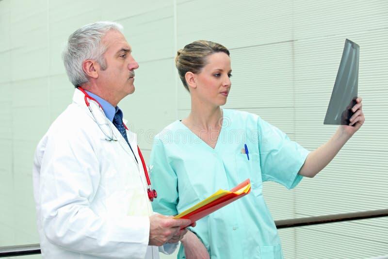 Medico ed infermiera con l'immagine fotografie stock libere da diritti