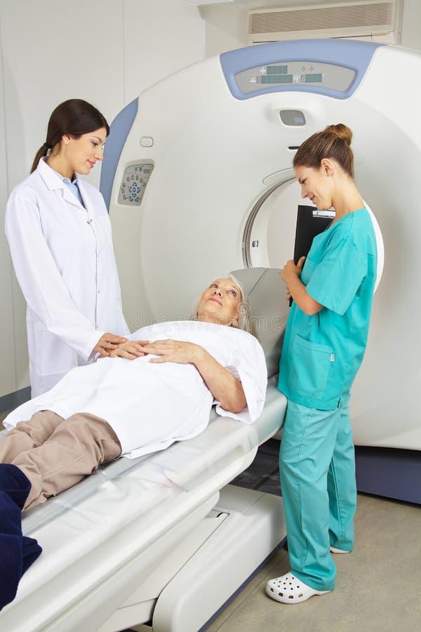 Medico ed infermiere che parlano con paziente immagini stock